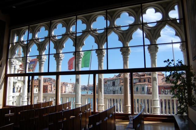 Nel 1935 il rettore Agostino Lanzillo commissiona l'Aula Magna (ora aula Baratto, nella foto) all'architetto veneziano Carlo Scarpa, che nel 1955 la trasforma in aula di lezione. La sala è impreziosita da due affreschi di Mario Sironi e Mario Deluigi